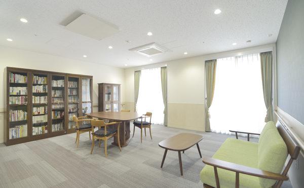 ブックルーム ソファーやテーブルなどそれぞれのスタイルで読書が出来ます。(シャトー高丘 サービス付き高齢者向け住宅)
