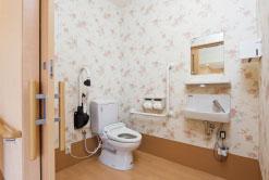 トイレ 清潔感があり、広いスペースですが、適所に手すりがあり安心して利用する事が出来ます。(グループホーム おおやぎ)