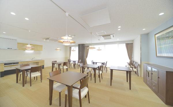 レストラン 大きな窓と広い空間が開放感のあるレストランになります。(シャトー高丘 サービス付き高齢者向け住宅)
