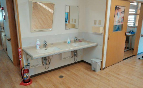 共用洗面 広いスペースに設置されており車いすでもご利用する事が出来ます。(障害福祉サービス 共同生活援助 和光の家)