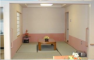 リビングの和室コーナー 畳スペースが用意されていてくつろいで利用する事が出来ます。(グループホーム ハーモニー)