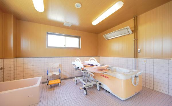 浴室 清潔感のある浴室には一般浴槽と機械式浴槽をご準備して、安心して利用する事が出来ます。(ウィル名塚 おもてなしの郷)