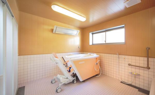 機械浴室 介護状態に合わせて、機械式の浴槽をご利用いただくことが出来ます。(ウィル名塚 おもてなしの郷)
