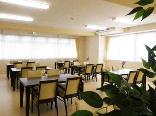 食堂 施設内のコーナーに大きな窓が連続で配置されていて明るく開放的な食堂スペースになります。(クレセント和合)