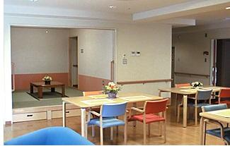 食堂・リビング 広くて開放的な食堂・リビングで毎日の食事をすることが出来ます。(グループホーム ハーモニー)