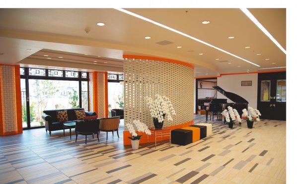 リビングスペース くつろぎのスペースとしてソファーやピアノが設置されています。(ヘルスサポートマンション・ゆめの組曲)