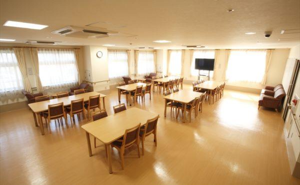食堂 沢山の大きな窓が開放的で明るい雰囲気の食堂で毎日楽しく食事をすることが出来ます。(アイケア おおるり上島)