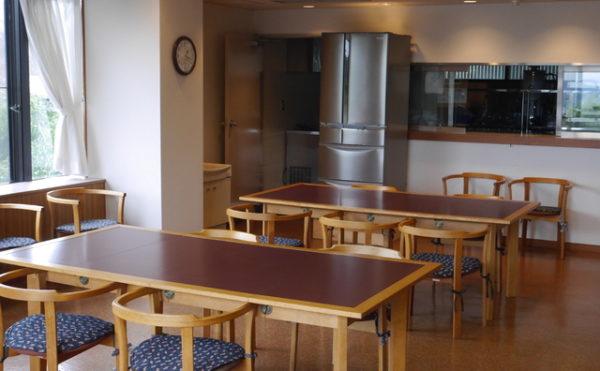 食堂 落ち着いた雰囲気のインテリアの食堂ですが、大きな窓が開放的で毎日楽しく食事する事が出来ます。(あい湖)