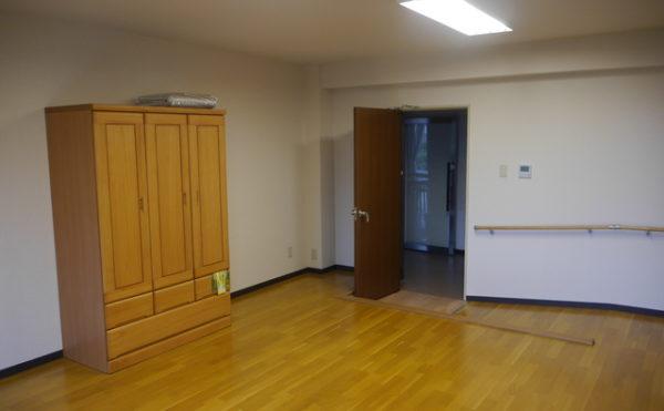 個室B 出入り口にはスロープと手すりが設置されていて安心して個室への出入りが出来ます。(あい湖)