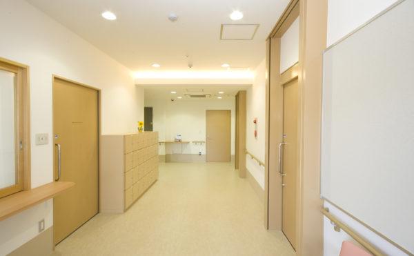 広い廊下 ナチュラルな色合いの内装インテリアで統一されていて、快適に移動する事が出来ます。(アイケア おおるり上島)