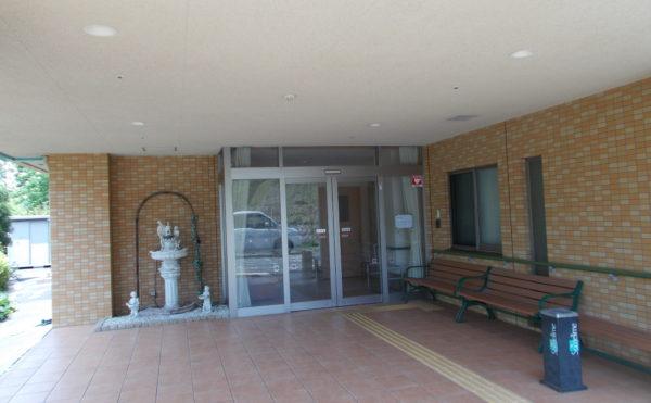 玄関・スペース 広いスペースの玄関・エントランスになっており、ベンチ設置などゆとりの空間です。(シンシア清水)