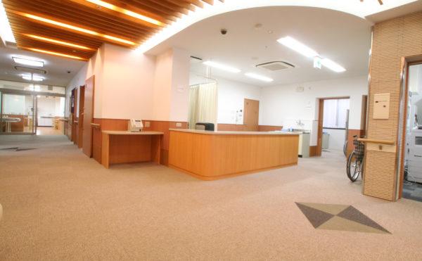 綺麗なエントランス 開放感があり、天井には間接照明が設置されていて綺麗なエントランス空間です。(ベストライフ富士)