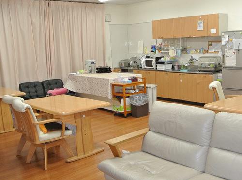 食堂・居間 統一されたナチュラルな内装インテリアで楽しく穏やかに毎日を過ごすことが出来ます。(日ノ岡グループホーム)