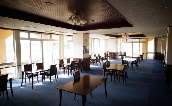食堂① 全面が足元からの窓となっており、開放感抜群の環境で毎日食事をすることが出来ます。(みかんの郷)