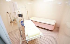機械浴室 介護状態に合わせて、機械式の浴槽をご利用いただくことが出来ます。(クローバーライフ富士)