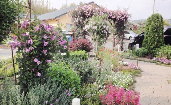 イングリッシュ・ガーデン④ 遊歩道が大理石調に仕上げられていて歩く人を楽しませてくれます。(グループホーム今日香)