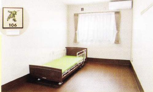 1階居室 ダーク色の床材で内装インテリアが落ち着いた雰囲気の居室になっています。(グループホームつどい)
