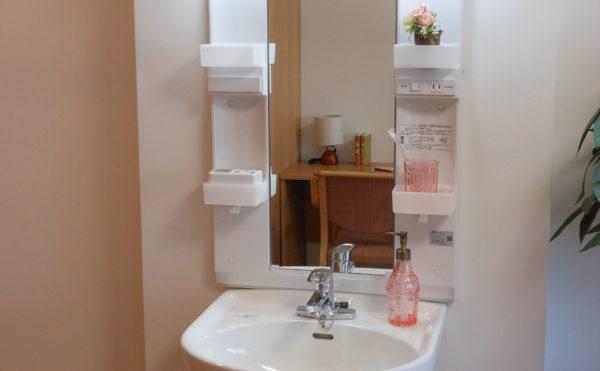 洗面所 居室内には清潔感のある洗面が設置されていて安心してご利用することが出来ます。(ベストライフ沼津2)