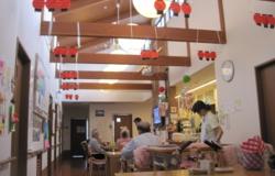 フロア  居間フロアの天井はが勾配になっていて、梁がデザインとなり開放的な空間を演出しています。(一円荘グループホーム)