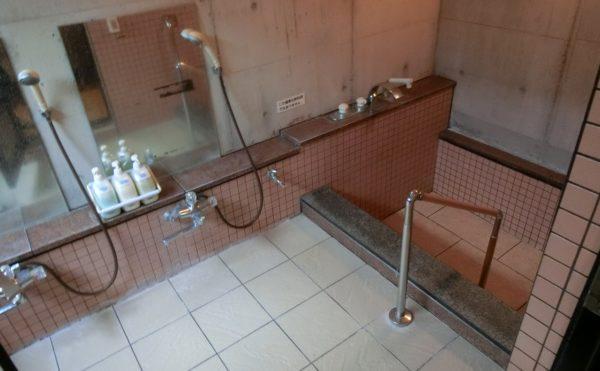 個浴室 手すりも設置されていて温泉を楽しむ事が出来る浴室で、心地よく入浴する事が出来ます。(はな道)