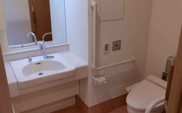 洗面・トイレスペース 居室に一体として配置されている清潔感のある空間になります。(ツクイ・サンシャイン富士)