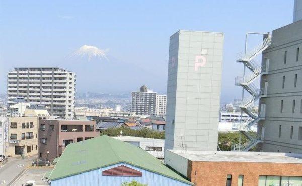 富士山が見えます。 施設のベランダから晴れた日には、世界遺産の富士山を望むことが出来ます。(ツクイ・サンシャイン富士)