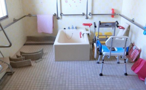機械浴室 清潔感のある浴室で介護状態に合わせて利用できるようになっています。(ツクイ・サンシャイン富士)