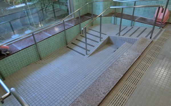 広い浴室 大きな窓の配置と手すりとスロープが装備され、安心して利用することが出来ます。(ツクイ・サンシャイン富士)