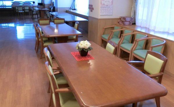 食堂 沢山の窓を設置して開放感のある食堂で楽しく毎日の食事を取ることが出来ます。(ツクイ・サンシャイン富士)