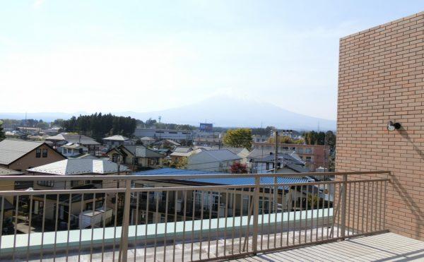 屋上 快適な空間です。屋上の眺望で、天気が良い日は富士山が見えます。(ツクイ・サンシャイン御殿場)