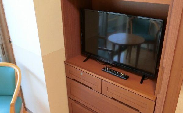 居室② テレビが設置されている収納家具があり、機能的にスペースを利用できます。(ツクイ・サンシャイン御殿場)