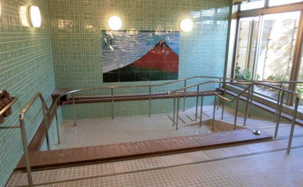 浴室 清潔感があり、中庭の景色が楽しめる開放的な大きな窓がある大浴場になります。(ツクイ・サンシャイン御殿場)