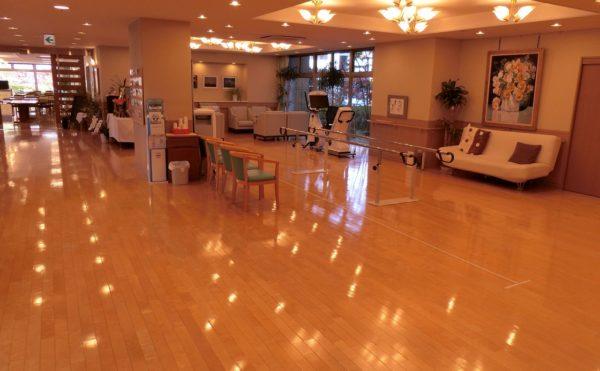 明るくて綺麗な広いエントランス ナチュラルな内装の床に大空間で快適に過ごすことが出来ます。(ツクイ・サンシャイン御殿場)