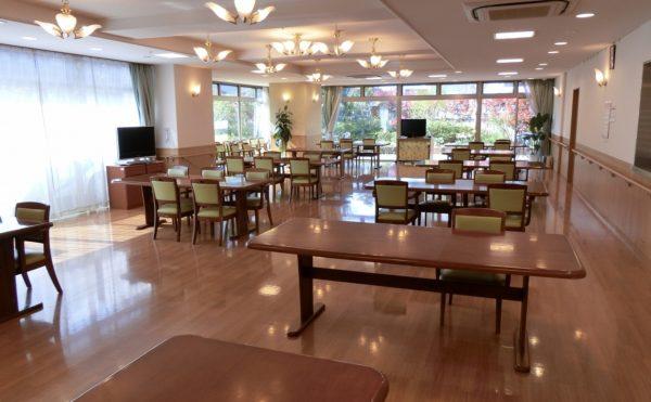 食堂 大きな開放的な窓が並び、明るく快適に食事をすることが出来る空間です。(ツクイ・サンシャイン御殿場)