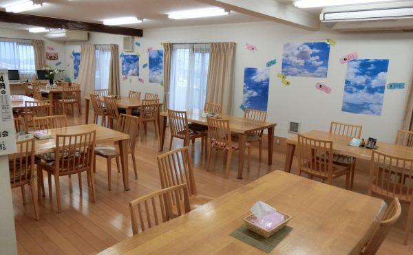 食堂 広い食堂では、ナチュラル色で統一されたテーブルとセットがお洒落(サービス付き高齢者向け住宅らくじゅ沼津足高館)