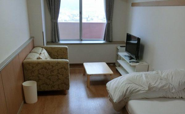 単身用居室 ナチュラルな内装インテリアが心地よく、大きな窓があり開放的で明るいお部屋となります。(はな道)