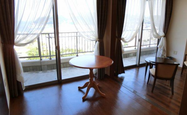 二人部屋のリビングです。大きな開放感のある窓が配置されていて、ゆったりとくつろげる空間になります。(スカイテラス伊東)