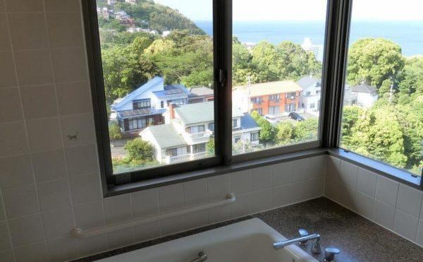 このような景観が望める個浴室はなかなかありません。大きなコーナー窓のある浴室が用意されています。(スカイテラス伊東)