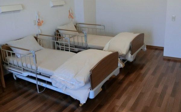 二人部屋の居室です。ミディアムの内装の清潔感のある部屋にベッドが2台設置されています。(スカイテラス伊東)