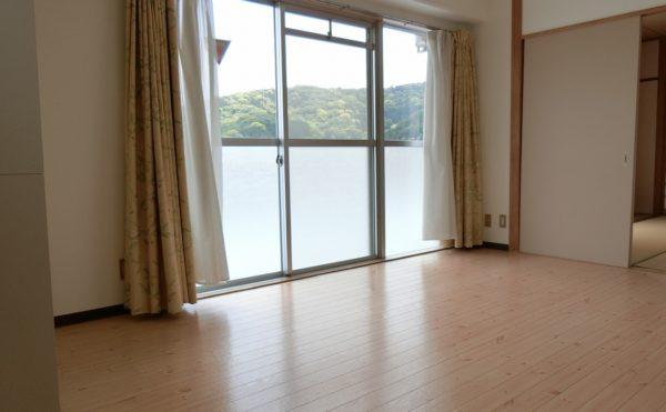 2人部屋のLDKです。開放的な大きな窓が配置されていて、普段くつろぐには最適な空間になります。(フレンズ南熱海)