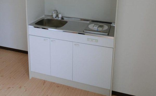 2人部屋にあるキッチンです。清潔感のあるホワイト扉のキッチンが設置されています。(フレンズ南熱海)