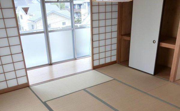 2人部屋の和室です。大きな窓と広縁があり部屋が明るく、障子と畳のお部屋が落ち着きます。(フレンズ南熱海)