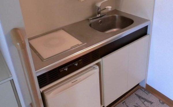 1人部屋にあるキッチンです。簡易的な冷蔵庫も備わっいるホワイト扉の清潔なキッチンです。(フレンズ南熱海)