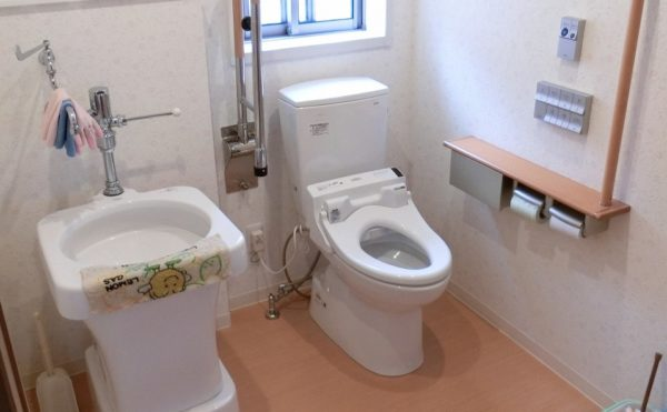 トイレ ナチュラルな内装で清潔なトイレで、手すりも設置されゆったり利用しやすくなっています。(グループホームつどい)