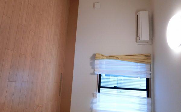 居室 ミディアム色のインテリアが落ち着いた空間を作っています。毎日が快適に過ごす事が出来ます。(ラフィーネシーク)