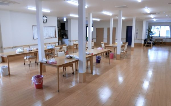 1階食堂兼リビング 開放的で大空間に食堂兼リビングがあります。毎日を楽しく快適に過ごす事が出来ます。(ラフィーネシーク)