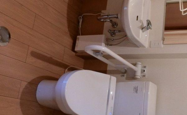 トイレ、洗面所 居室には清潔感のあるトイレがあり、手すり完備で安心して利用する事が出来ます。(ラフィーネシーク)