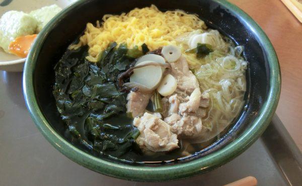 昼食の一例。写真はにゅう麺です。具もたっぷり。