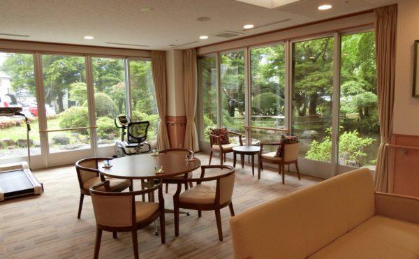 1階ラウンジです。ロビーから見る庭園は見応えがあります。