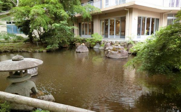池のある庭園はアレンジメントケアならでは。